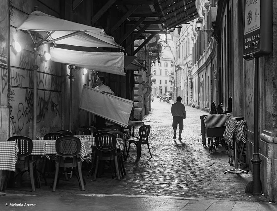 foto in bianco e nero di una strada di Roma