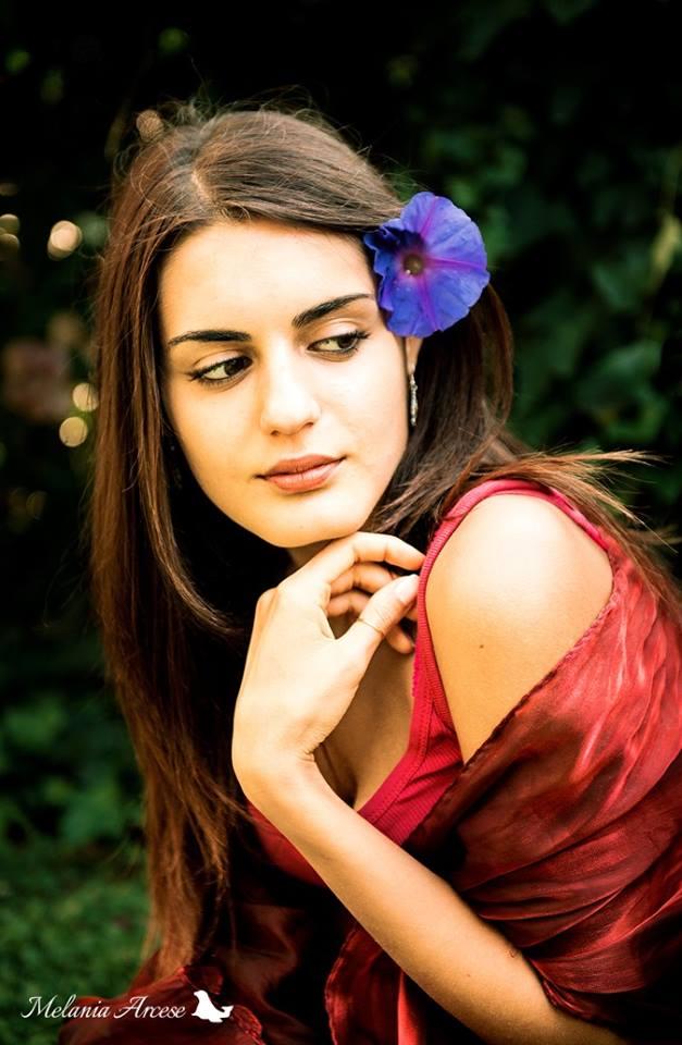 Ritratto di ragazza con fiore blu